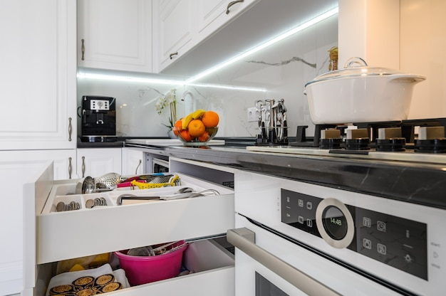 Роскошные белые современные кухонные внутренние ящики вытащили дверцу посудомоечной машины