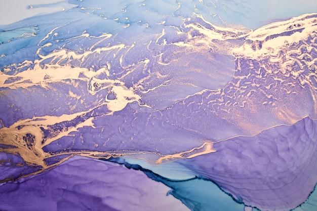 Роскошный абстрактный фон в технике спиртовых чернил, жидкая живопись фиолетового золота, разбросанные акриловые капли и кружащиеся пятна, печатные материалы