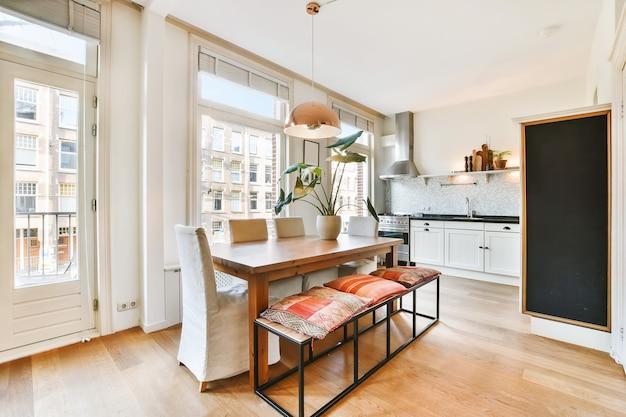 Роскошный и красивый дизайн интерьера столовой
