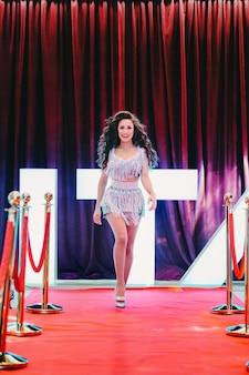 Роскошные и великолепные знаменитости гуляют по красной ковровой дорожке в мюзик-холле во время церемонии