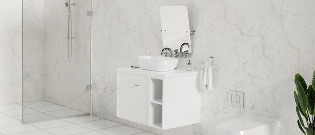 대리석 벽 변기 샤워기의 흰색 카운터 거울에 세면대가 있는 고급스럽고 세련된 욕실