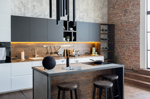 Шикарная квартира в стиле лофт в темных тонах. стильная современная кухонная зона с островом