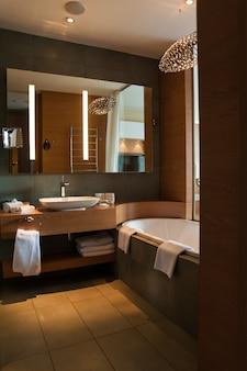 Роскошный дизайн интерьера ванной комнаты в современном стиле с окном в спальню