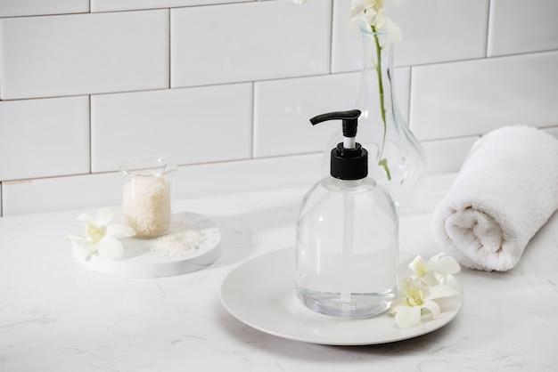 Роскошный интерьер ванной - мыло и полотенце