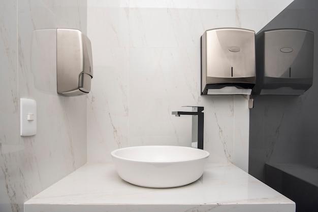 세면대 2개와 대리석 마감 처리된 고급 욕실