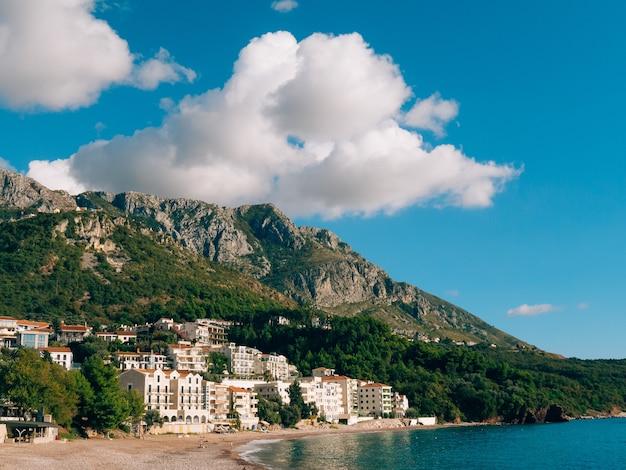 Роскошные пляжи святого стефана отель аман свети стефан с городским пейзажем