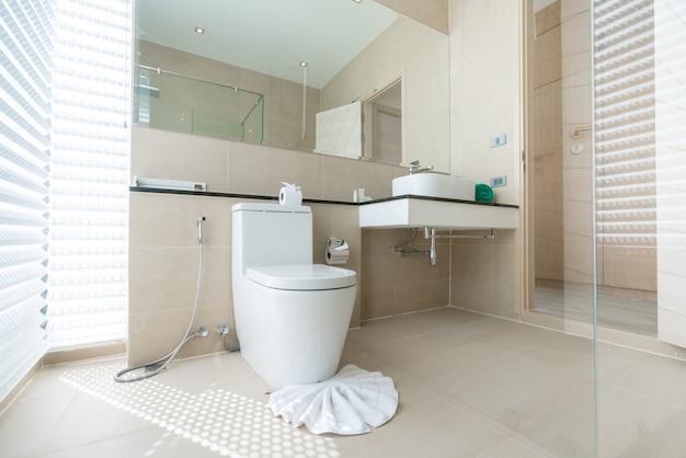 고급스러운 아름다운 실내 실제 욕실에는 분지, 집안의 변기 또는 집 건물이 있습니다.