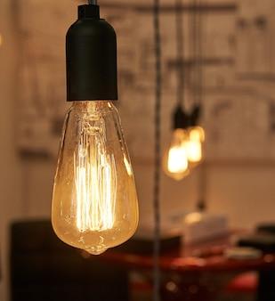 고급스럽고 아름다운 복고풍 에디슨 조명 램프 장식.