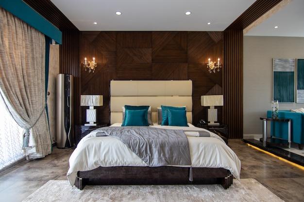 ベッド付きの豪華なベッドルーム