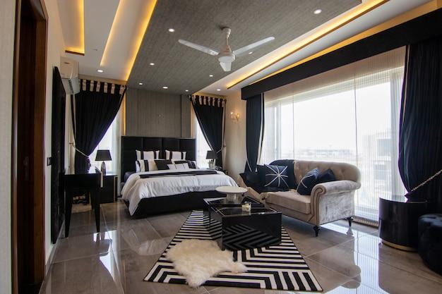 Роскошная спальня с кроватью