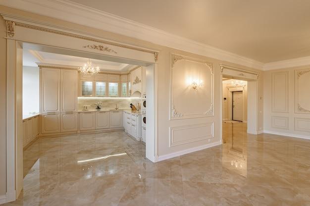 스튜디오 플랫의 럭셔리 베이지 및 골드 클래식 주방 및 거실 인테리어