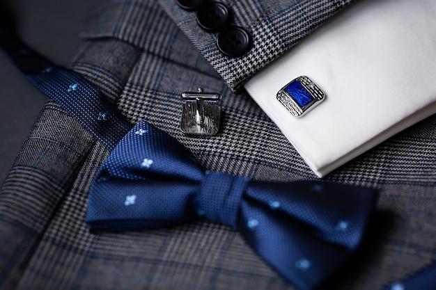 럭셔리 블루 패션 남성용 커프스 단추와 나비 넥타이.