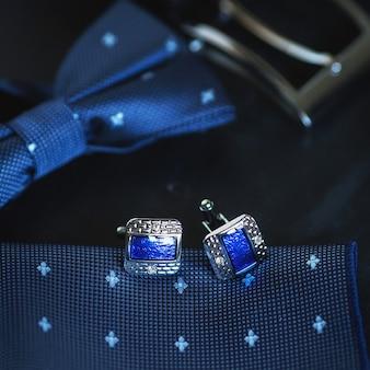 豪華な青いメンズ カフリンクスをクローズ アップ。
