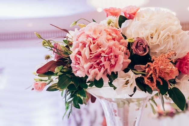 럭셔리 꽃다발 핑크 로즈와 수 국 테이블에.