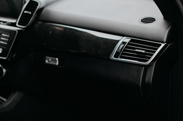 高級車の通気孔とエアコン。モダンな車のインテリア。