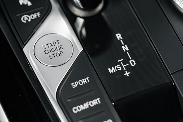 Ручка переключения передач роскошного автомобиля крупным планом фото