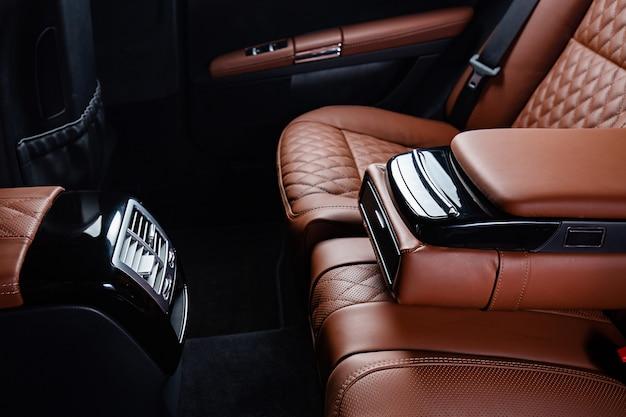 Роскошный салон автомобиля в коричневых и черных тонах