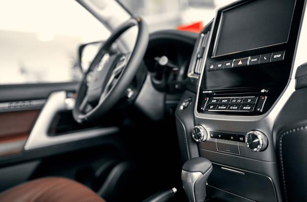 럭셔리 자동차 인테리어입니다. 스티어링 휠, 변속 레버 및 대시보드.