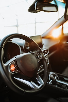 Рычаг переключения передач и приборная панель в салоне роскошного автомобиля