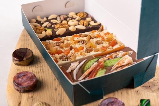 高級チョコレートピース、ローズ、ザクロ、ナッツ入りのボックス