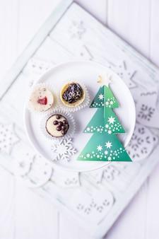 고급 초콜릿 사탕과 크리스마스 트리