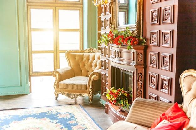 가정 도서관의 럭셔리 클래식 인테리어 책장, 책, 안락 의자, 소파 및 벽난로가있는 거실