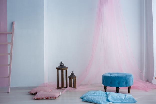 贅沢で清潔な明るい白のインテリア。花瓶に日光と花が咲く広々としたお部屋
