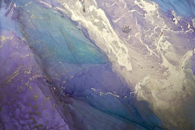 Роскошный красочный абстрактный фон в технике спиртовых чернил, мраморная текстура золотой жидкой живописи, разбросанные акриловые капли и кружащиеся пятна, печатные материалы