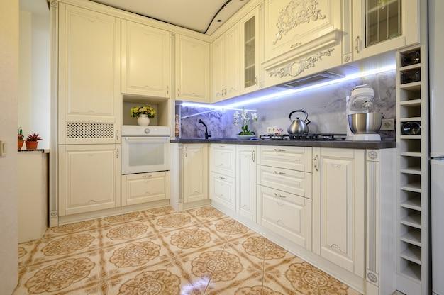 Роскошный кремовый классический интерьер кухни