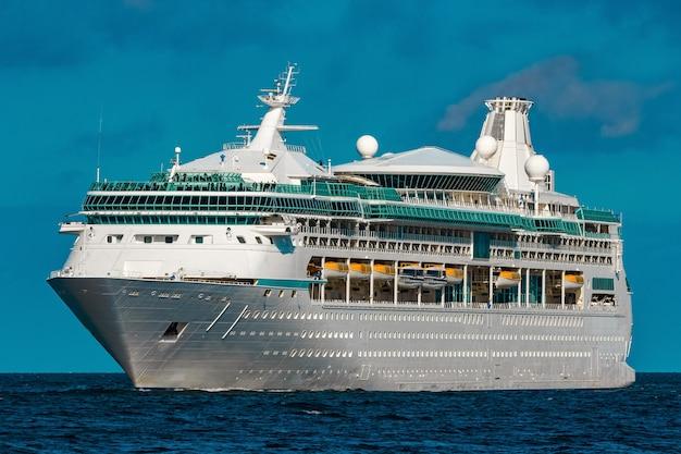 豪華客船が進行中です。ツアー旅行とスパサービス