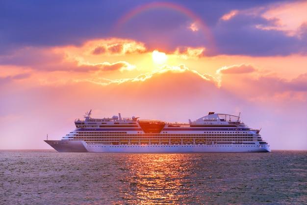 호화 유람선. 아름다운 바다 일몰입니다. 로맨틱하고 고급스러운 여행 컨셉.