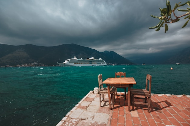 モンテネグロコトル湾の豪華客船。