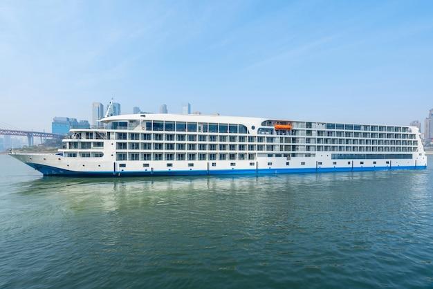 中国、重慶の街並みである揚子江を航行する豪華クルーズ船