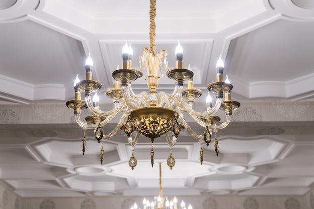 天井にぶら下がっている豪華なクリスタルのシャンデリア