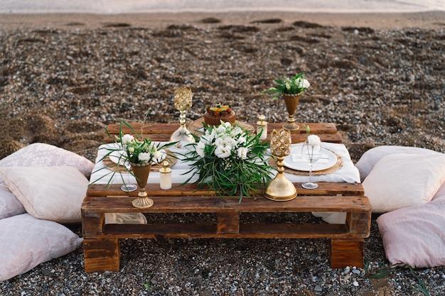 ロマンチックなデートのための豪華な装飾テーブルお祭りの詳細テーブルクロスキャンドルプレートグラス