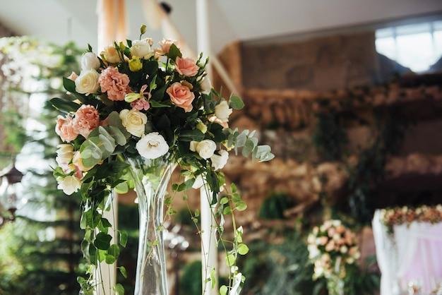 Роскошно украшенные столы в свадебном зале.
