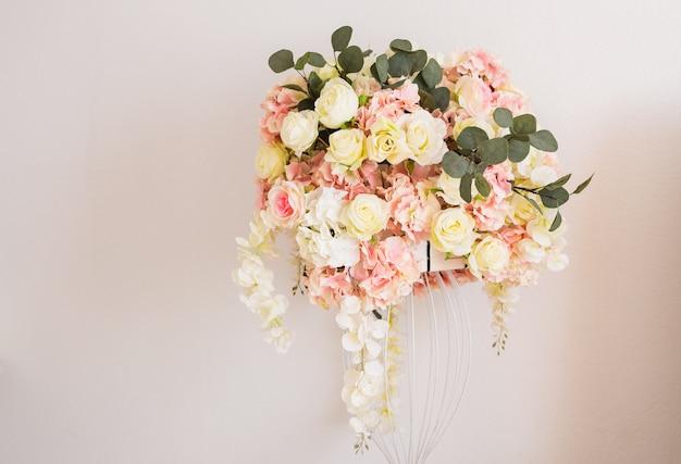 궁전에 꽃 축하 홀로 장식 된 럭셔리.