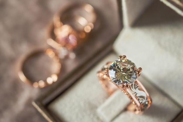 상자에 고급 다이아몬드 반지