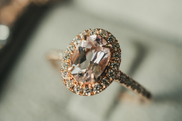Роскошное кольцо с бриллиантом в шкатулке в винтажном стиле