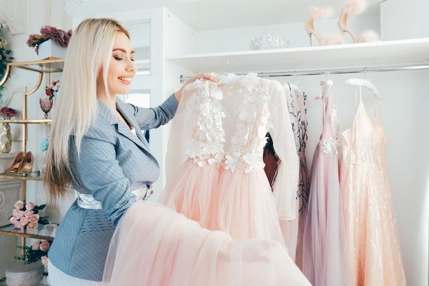 高級ドレスのショールーム。ファッションスタイリストデザイナー。パーソナルショッパー
