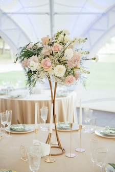 豪華でエレガントな結婚披露宴のテーブルアレンジメント、花のセンターピース。