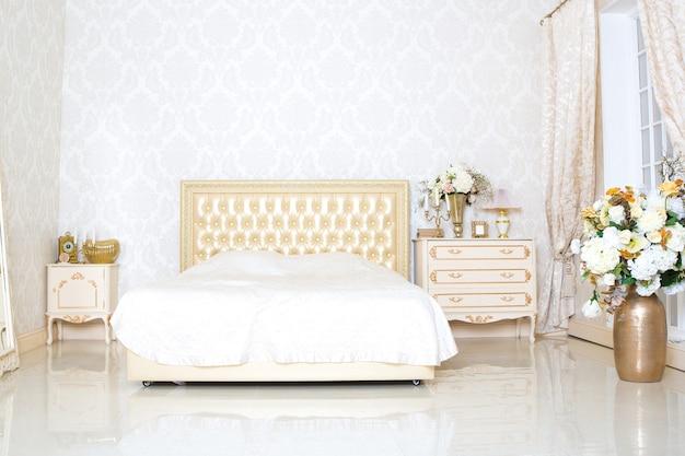 Роскошный элегантный белый с золотым дизайном интерьера спальни