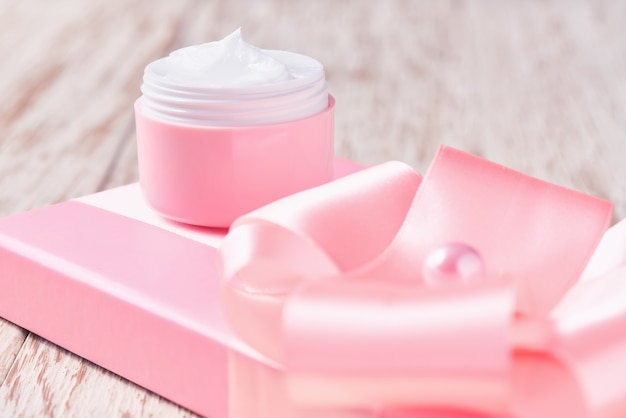 敏感肌用の高級フェイスクリームとピンクのホリデーギフトボックス、スパ化粧品、ナチュラルスキンケアの美しさ。