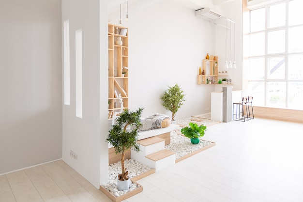 최소한의 스타일로 무료 레이아웃을 갖춘 고급스럽고 세련된 현대적인 디자인 아파트. 흰 벽과 나무 요소가있는 매우 밝고 넓은 넓은 방