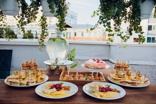 Роскошная еда и напитки на свадебном столе. малая глубина резкости.