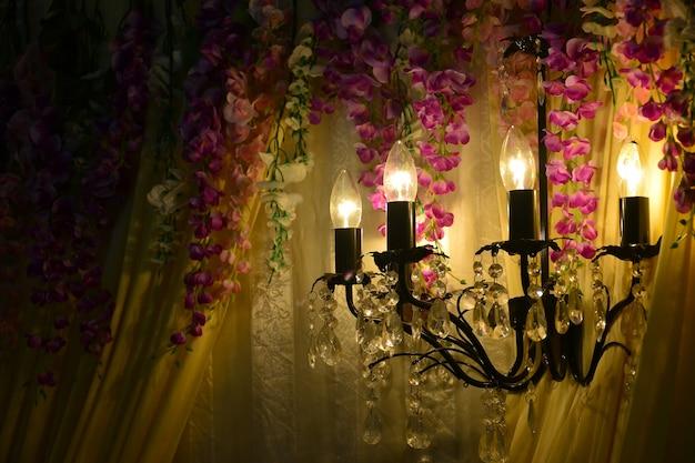 ブライダルマレーの結婚式の背景に豪華なガラスのシャンデリア