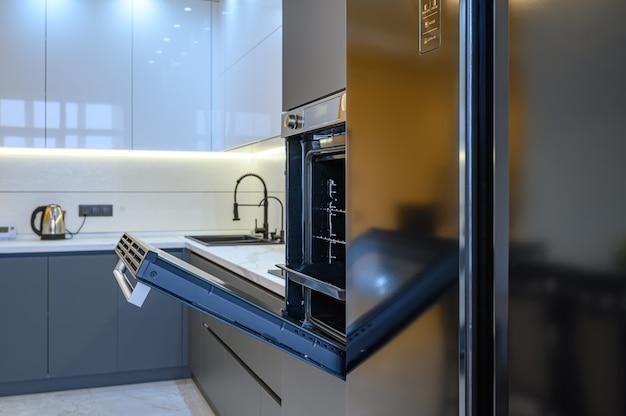 豪華なグレーのモダンなキッチンインテリア、オーブンのドアが開いた