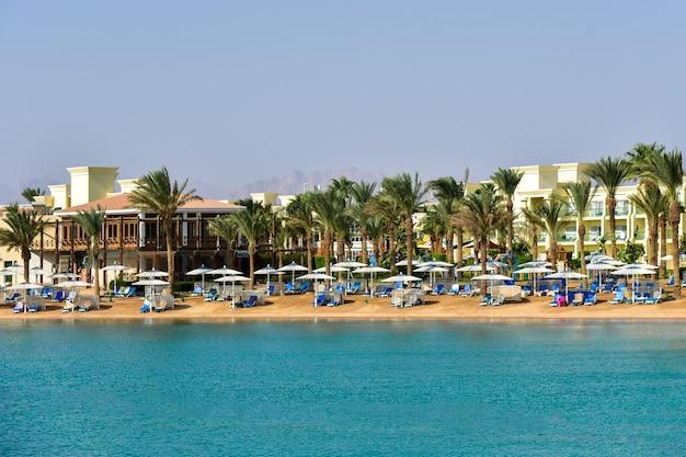 青空を背景にした高級ホテルのビーチ。