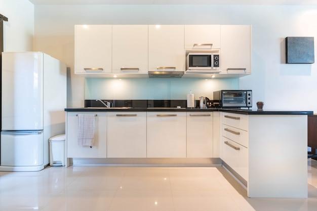 섬 카운터가 특징 인 주방 공간의 고급 인테리어 디자인