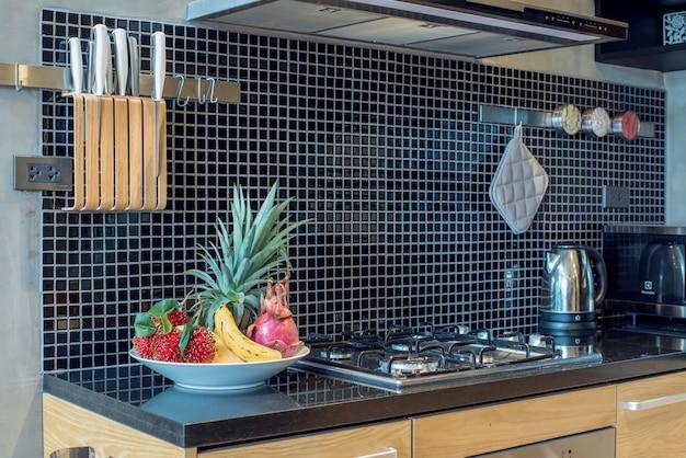 기능 섬 카운터가있는 주방 공간의 고급 인테리어 디자인 로프트 스타일